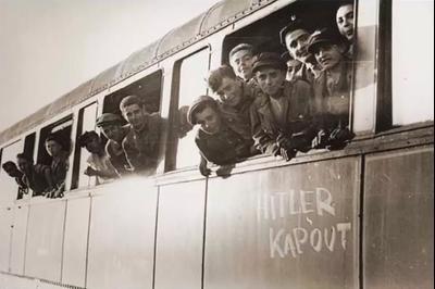 Евреи, освобожденные из Бухенвальда, едут в дом OSE в Экуи, Франция. Фото: Wikipedia